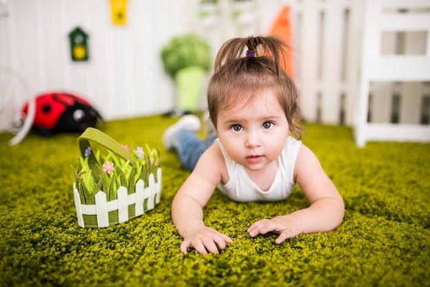 Portrait d'une charmante petite fille aux yeux bruns