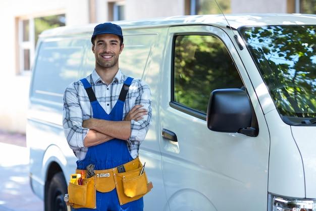 Portrait de charpentier heureux avec les bras croisés