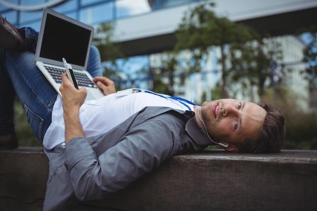 Portrait de chef d'entreprise écoute de la musique sur téléphone mobile