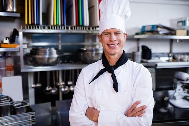 Portrait, de, chef pose, dans, cuisine commerciale