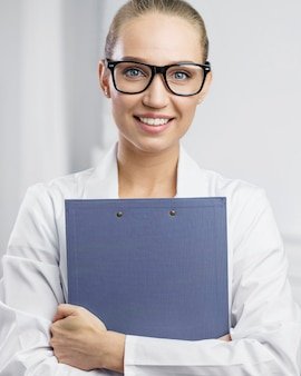 Portrait de chercheuse smiley dans le laboratoire avec presse-papiers