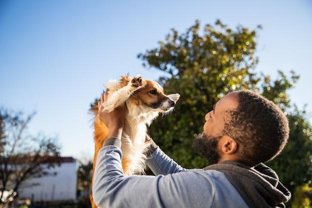 Portrait d'un chien élevé par son maître. relation d'amitié chien et personne.