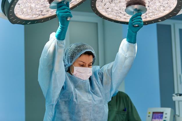 Portrait, de, chirurgien, docteur, porter, masque protecteur, et, chapeau, pendant l'opération
