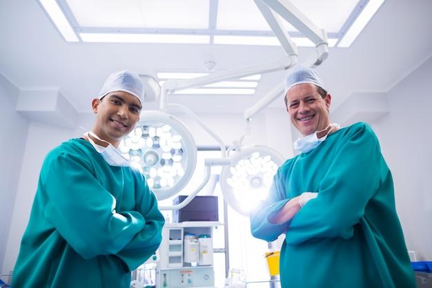 Portrait, chirurgiens, debout, opération, théâtre