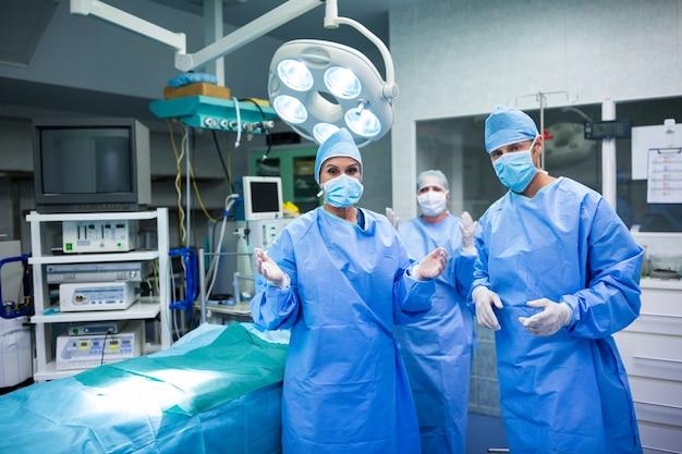 Portrait de chirurgiens préparation pour le fonctionnement en salle d'opération