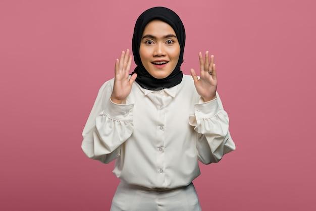 Portrait de choqué belle femme asiatique portant une chemise blanche