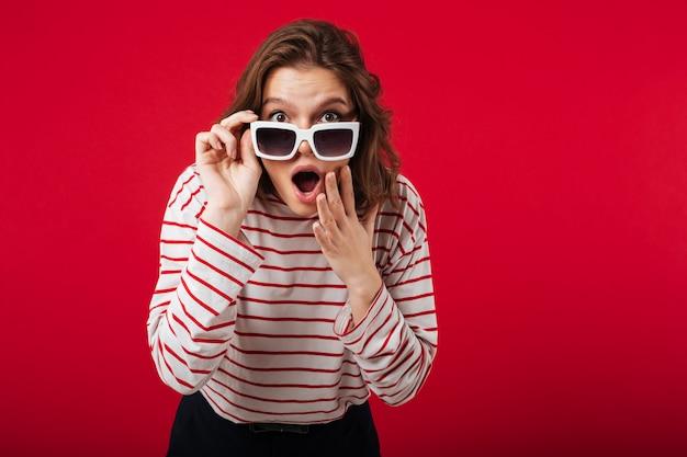 Portrait, choqué, femme, lunettes soleil