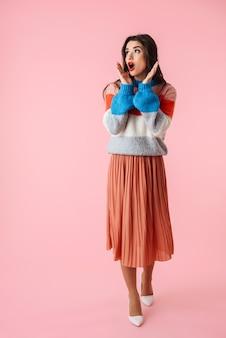 Portrait, de, a, choqué, jeune femme, porter, chandail, debout, isolé, sur, rose