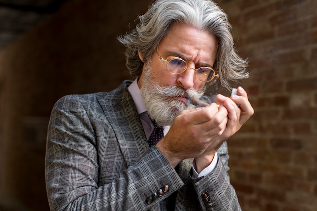Portrait de cigare éclair mâle barbu