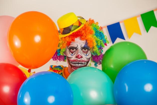 Portrait d'un clown effrayant. violence et peur de l'enfance