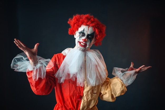 Portrait de clown sanglant effrayant aux yeux fous