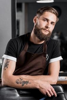 Portrait d'un coiffeur masculin avec rasoir