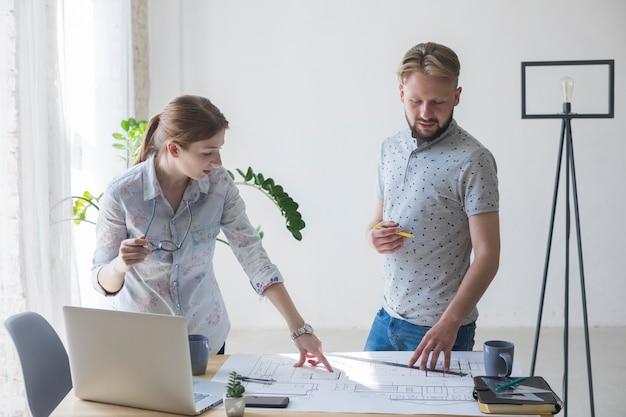 Portrait de collègue travaillant ensemble au lieu de travail