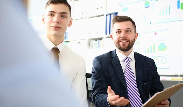 Portrait de collègues travaillant ensemble au bureau
