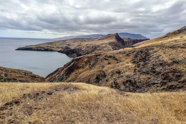 Portrait des collines sous le ciel nuageux à ponta do sao lourenco