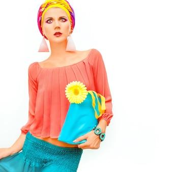 Portrait coloré d'une fille lumineuse d'été
