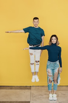 Portrait coloré de jeune homme et femme sur jaune