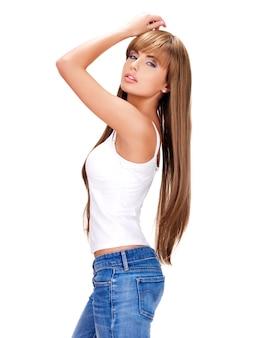 Portrait complet d'une belle femme indienne sensuelle aux cheveux longs isolé sur blanc