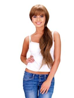 Portrait complet d'une belle femme indienne souriante aux cheveux longs isolé sur blanc