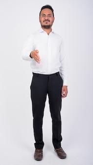 Portrait complet du corps d'heureux homme d'affaires indien barbu donnant la poignée de main