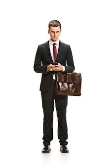 Portrait complet du corps d'homme d'affaires avec une mallette sur blanc