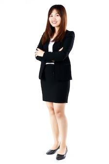 Portrait complet du corps d'une jeune femme d'affaires adolescente souriante avec une vie professionnelle mignonne et sûre d'elle qui commence dans un bureau moderne. concept pour les étudiants nouvellement diplômés et le premier jour de carrière professionnelle.