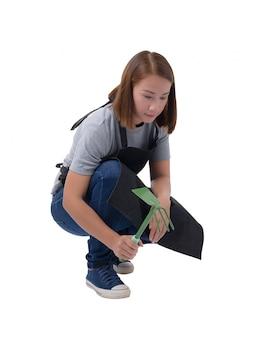 Portrait complet du corps d'une travailleuse ou d'une femme de service en chemise et tablier gris