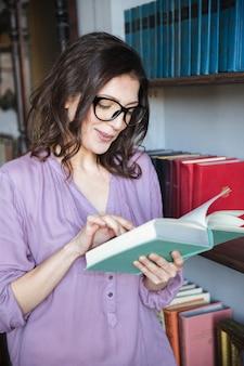 Portrait, concentré, mûrir, femme, lecture, livre