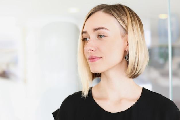 Portrait de concept d'entreprise jeune belle femme blonde
