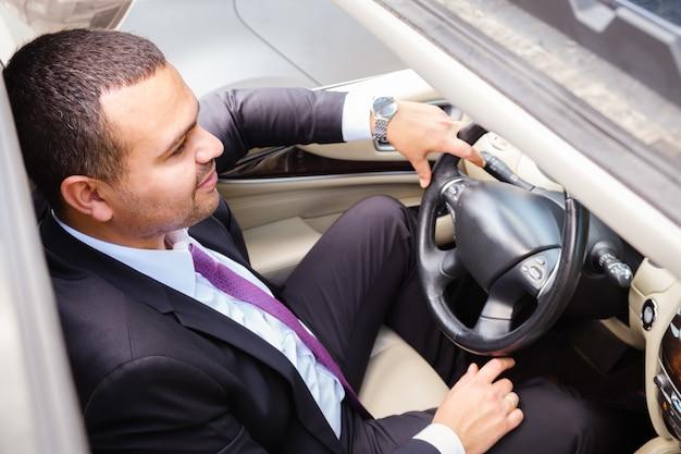 Portrait d'un conducteur un homme regardant la route vue de dessus à travers le toit ouvrant