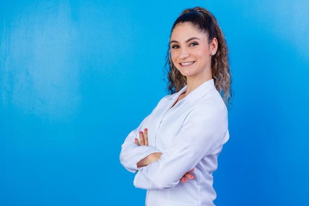 Portrait de confiance avec sourire rayonnant à pleines dents qualifié médecin intelligent intelligent expérimenté portant des vêtements de cérémonie blancs