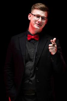 Portrait de confiant beau élégant homme d'affaires responsable pointant à la caméra