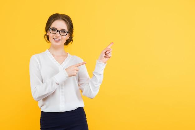 Portrait, confiant, beau, jeune, sourire, heureux, femme affaires, montrer, videarea, jaune