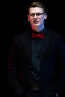 Portrait de confiant beau pensif élégant homme d'affaires responsable