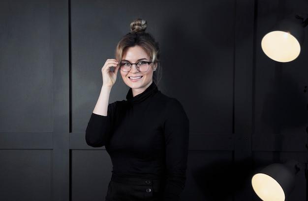 Portrait, confiant, femme affaires, sourire
