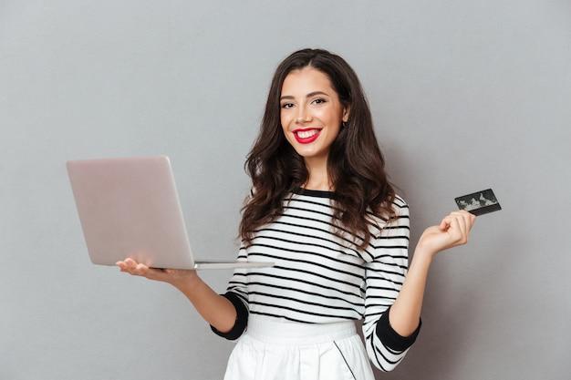 Portrait, confiant, femme, tenue, ordinateur portable, ordinateur