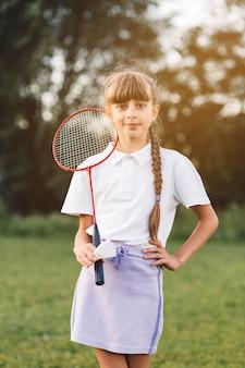 Portrait, confiant, fille, debout, badminton, volant