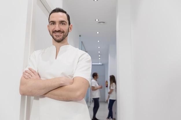 Portrait de confiant groupe heureux de médecins debout au cabinet médical