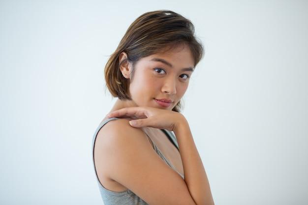 Portrait, confiant, jeune femme, toucher épaule
