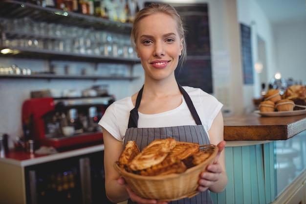 Portrait, confiant, serveuse, servir, pains, café, maison