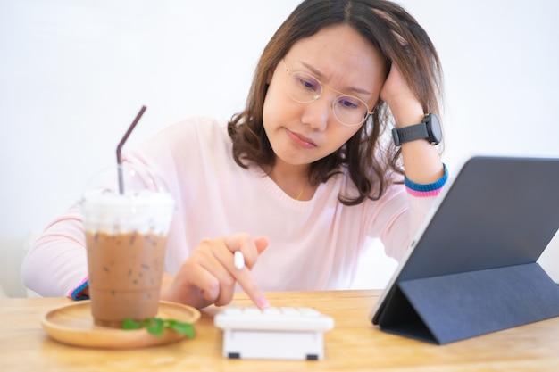 Portrait confus jeune femme tenant des cartes de crédit ayant un problème en ligne