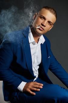 Portrait contrasté d'un gérant d'homme d'affaires fumeur