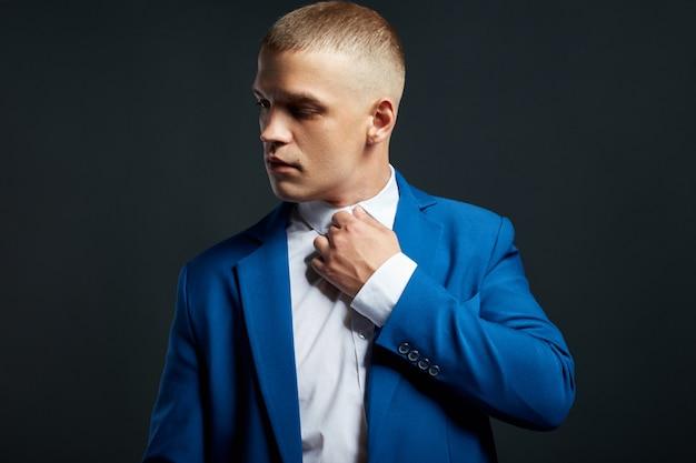 Portrait contrasté d'un homme d'affaires dans un costume coûteux