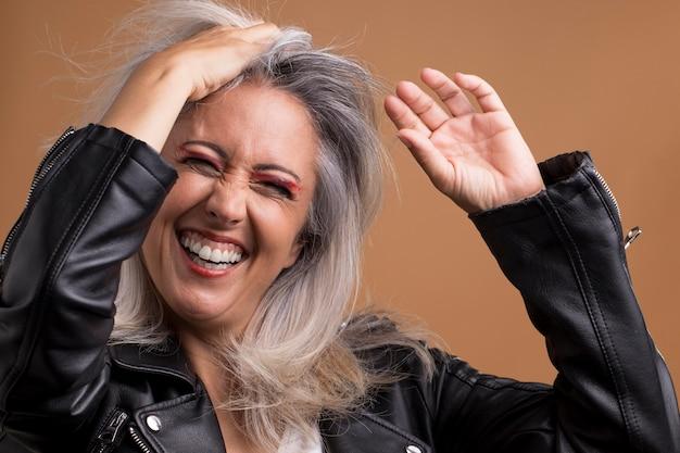 Portrait de cool femme plus âgée en blouson de cuir