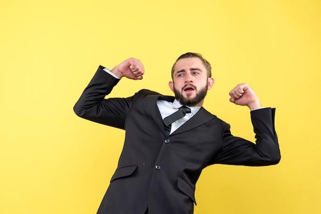 Portrait de costume musclé homme manager sur jaune