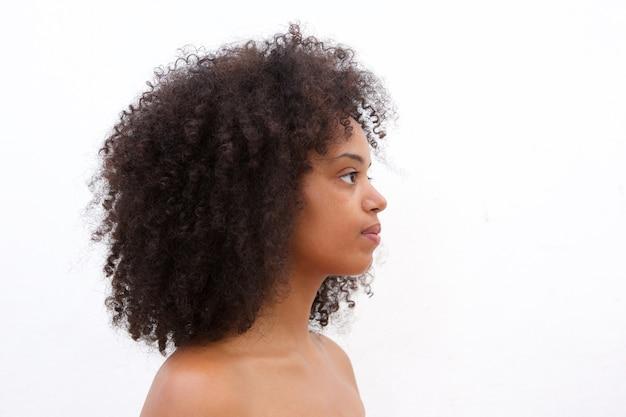 Portrait de côté d'une femme noire sérieuse sur fond blanc