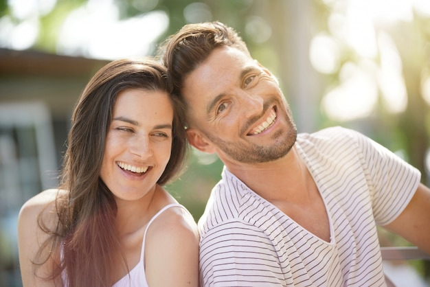 Portrait d'un couple de 40 ans un jour d'été