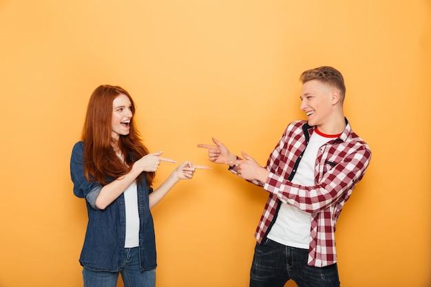 Portrait d'un couple d'adolescents heureux