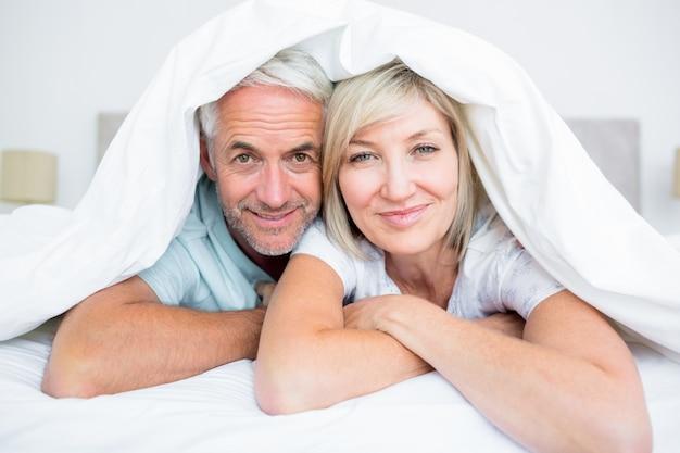 Portrait d'un couple d'âge mûr au lit
