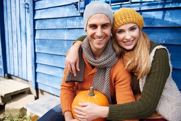Portrait de couple aimant avec citrouille